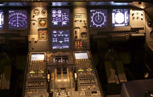 full-flight-simulator-berlin-schoenefeld-cockpit