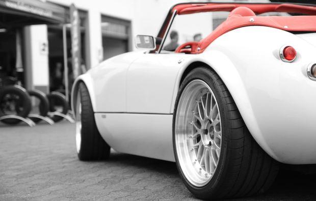 sportwagen-fahren-moembris-luxuswagen