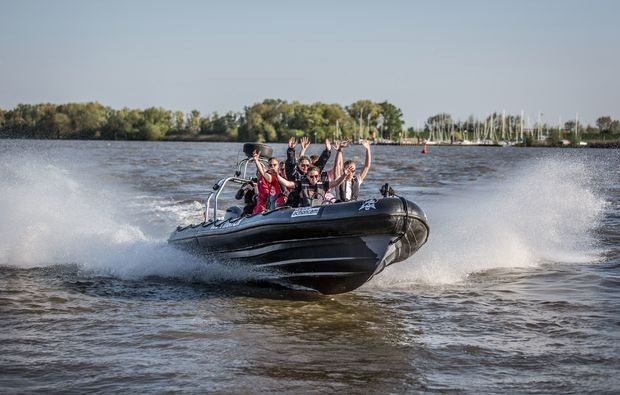 speedboot-fahren-hamburg-freunde