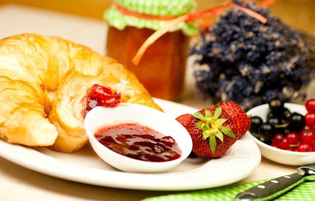 traumtag-fuer-zwei-stuttgart-fruehstueck-marmelade-croissant