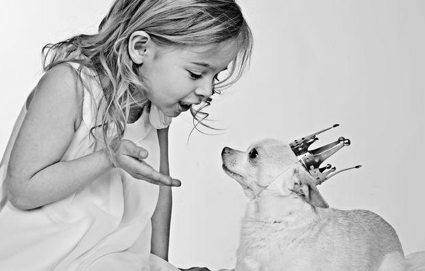 kinder-fotoshooting-griesheim-hund-koenigin
