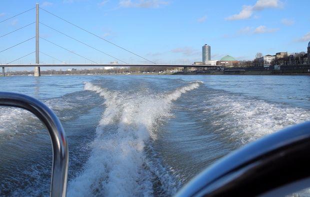 motorboot-fahren-duesseldorf-heckwelle