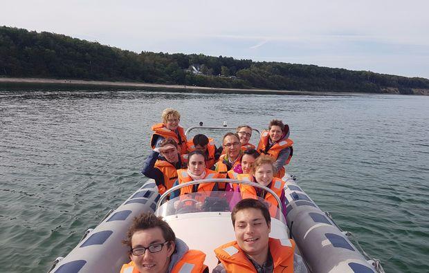 speedboot-fahren-familie-warnemuende
