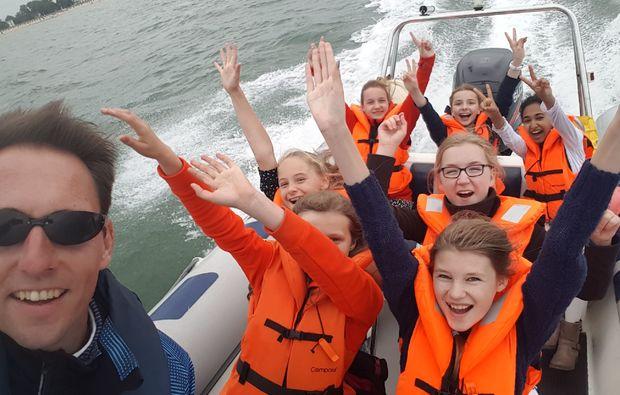 speedboot-fahren-warnemuende-kids