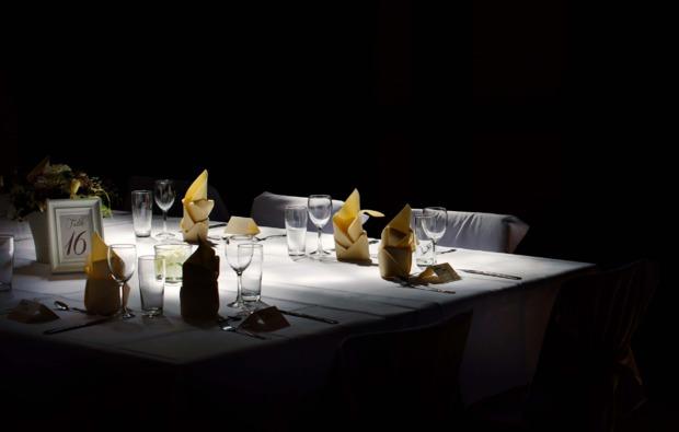 dinner-in-the-dark-fuer-zwei-saarbruecken-gedeckter-tisch