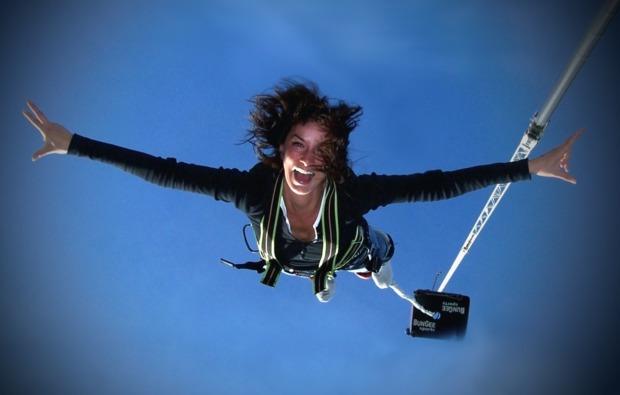 bungee-jumping-ueber-wasser-adrenalin
