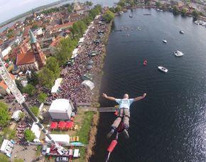 Bungee Jumping über Wasser über Wasser von einem 60 Meter hohen Kran