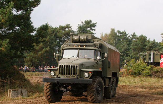 truck-offroad-fahren-mahlwinkel-militaerfahrzeug