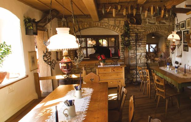 aussergewoehnlich-uebernachten-unterammergau-innenraum