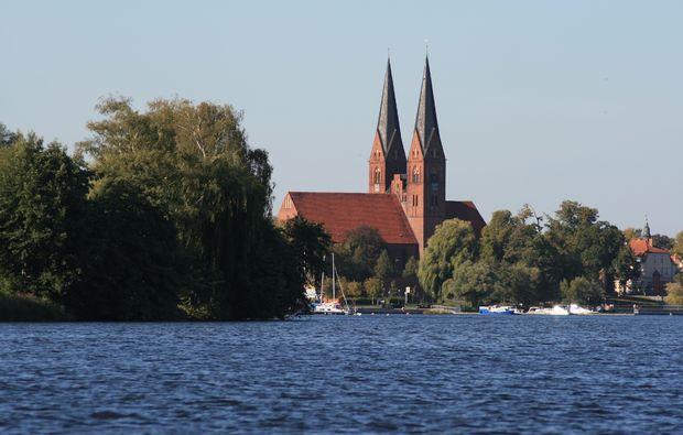 motorboot-fahren-rheinsberg-kirche-ausblick