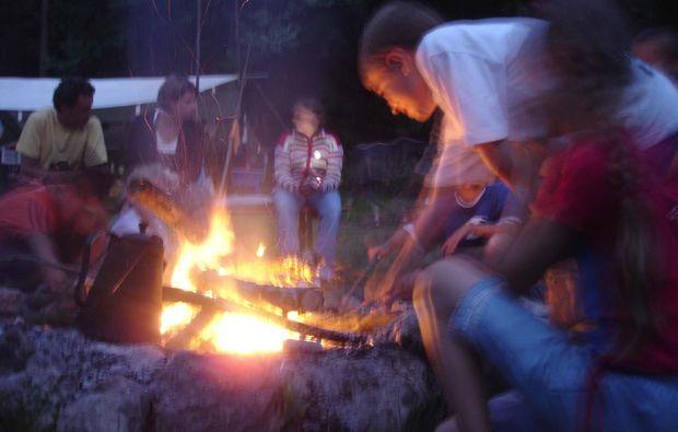 tipi-uebernachtung-schoenbrunn-lagerfeuer-gemuetlich