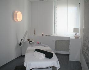 Waxing & Beauty - München Fußbad, Waxing Unterschenkel, Pediküre, Feuchtigkeitsmaske – 75 Minuten