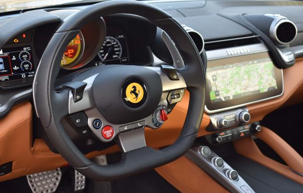 supersportwagen-fahren-berlin-gtc4-cockpit