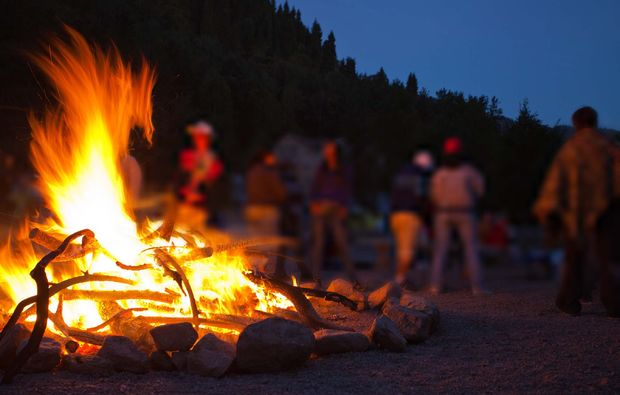 survival-training-uebersee-vater-sohn-lagerfeuer