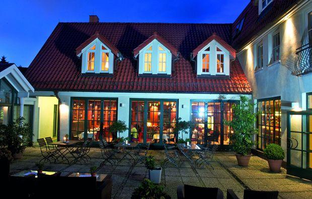 candle-light-dinner-fuer-zwei-bergen-auf-ruegen-terasse