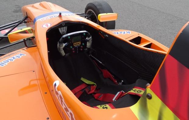 formel-rennwagen-fahren-schoenwald-cockpit