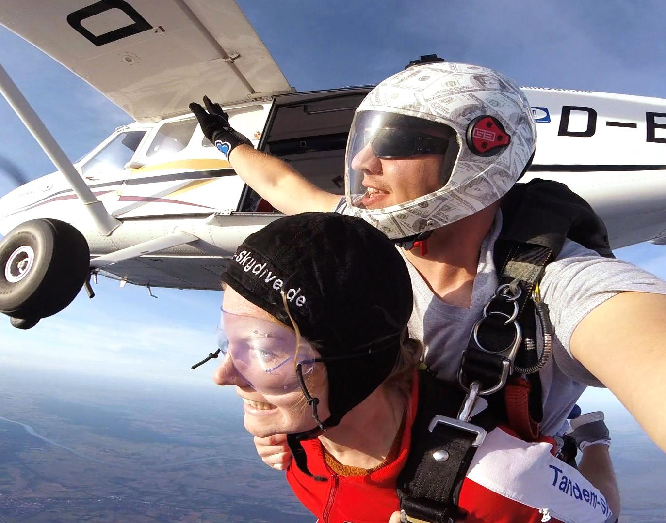 Fallschirm-Tandemsprung Stade Sprung aus ca. 3.000-4.000 Metern - ca. 25-50 Sekunden freier Fall