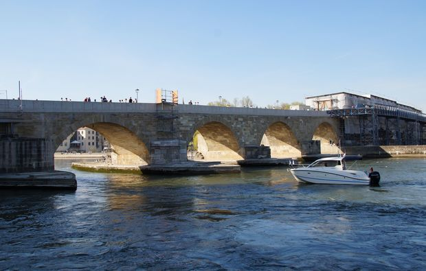 romantische-bootstour-regensburg-bruecke-heiratsantrag