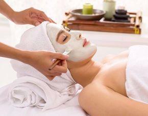 Wellness für Frauen - München Gesichtsbehandlung, Ganzkörpermassage, Ruhe in der Salzgrotte
