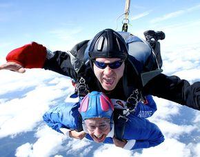 Fallschirm-Tandemsprung - 4.000 Meter Sprung aus ca. 4.000 Metern - ca. 30-60 Sekunden freier Fall - inklusive Video