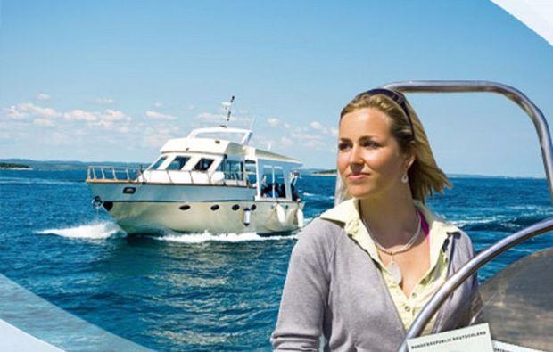 motorboot-fahren-kiel-frau