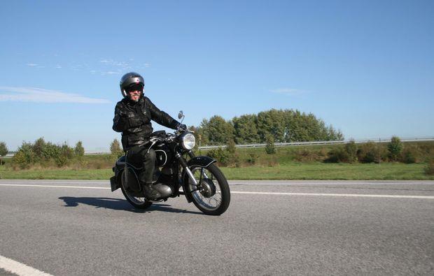 oldtimer-motorrad-fahren-berlin-action