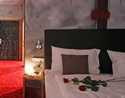 Außergewöhnlich Übernachten - 1 ÜN im Themenzimmer  Kerker im Themenzimmer Kerker - 6-Gänge-Menü, Secret Passion Box