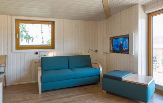 baumhaus-uebernachtung-aerzen-sofa