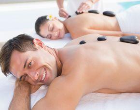 Wellnesstag für Zwei Hot Stone Rückenmassage, Rosenkosmetik, Handpackung