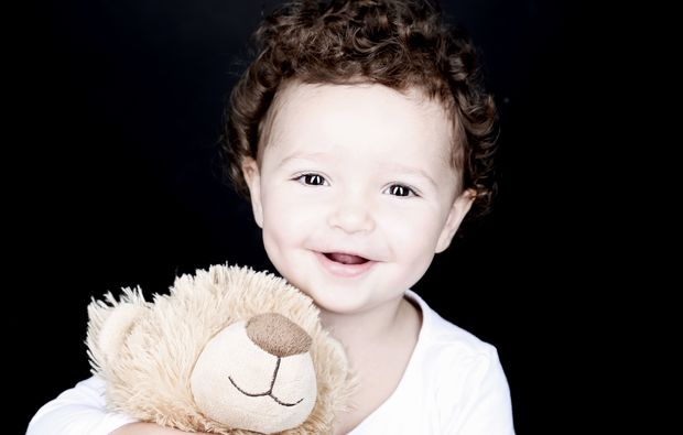 kinder-fotoshooting-aachen-kind-mit-teddy