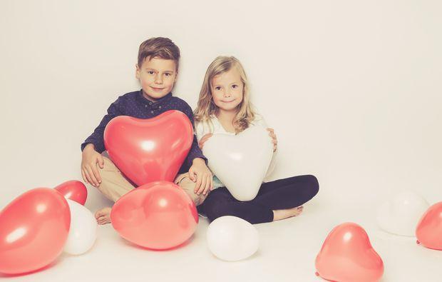kinder-fotoshooting-aachen-weisse-und-rote-herzen