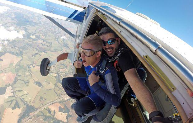 fallschirm-tandemsprung-niederoeblarn-flugzeug