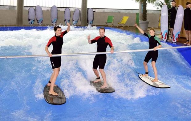 indoor-surfen-fuer-zwei-muenchen-ausdauer