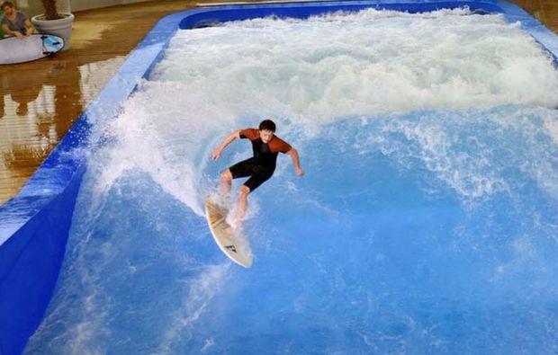 indoor-surfen-fuer-zwei-muenchen-welle