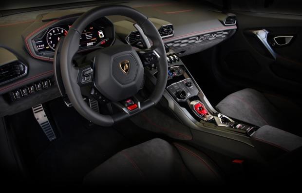 supersportwagen-auf-der-strasse-fahren-bielefeld-cockpit