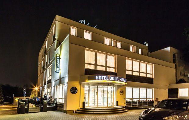 staedtereise-prag-hotel-golf-aussenansicht-nacht
