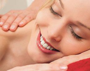 Wellness für Frauen - 2,25 Stunden - Weißenstadt Gesichtsbehandlung, Verwöhnmassage, Glas Sekt - 105 Minuten