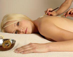 Wellness für Frauen - München Fußbad, Rückenmassage, Gesichtsbehandlung, Handmassage