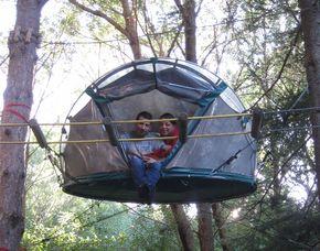 Pernottamento sull´albero in einem zwischen den Bäumen hängenden Zelt und im Baumhaus