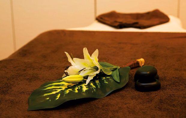 hot-stone-massage-laatzen-massageliege