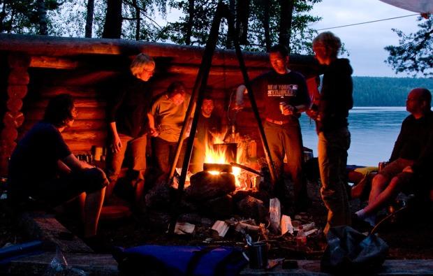 aktivurlaub-im-wasser-roek-lagerfeuer