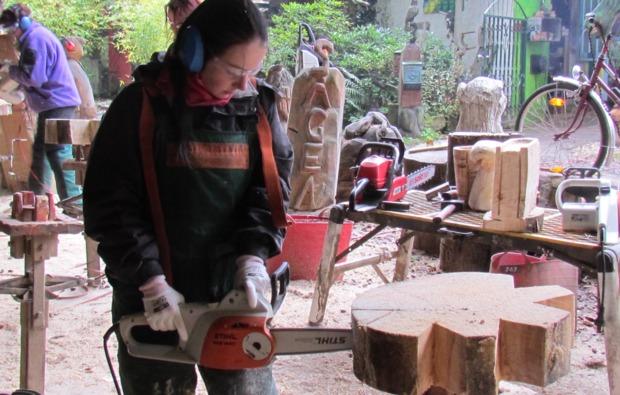 kettensaege-bildhauer-workshop-muegeln-muster