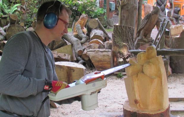 kettensaege-bildhauer-workshop-muegeln-spass