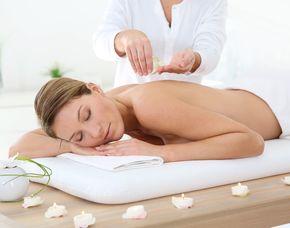Aromaölmassage Rückenmassage, Warme Rückenkompresse