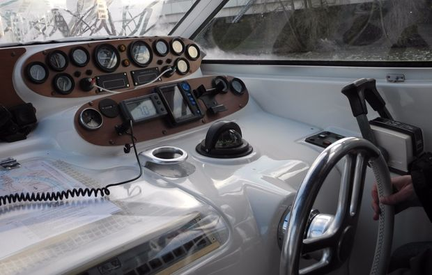 motorboot-fahren-cockpit