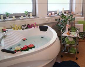 Wellnesstag für Zwei Whirlpool, Aromamassage, Maniküre, Infrarotlichtwärmesauna