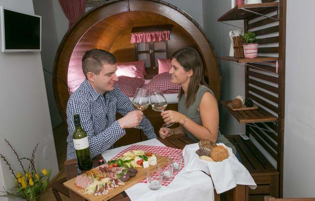 uebernachtung-stillfried-weinfass-romantisch