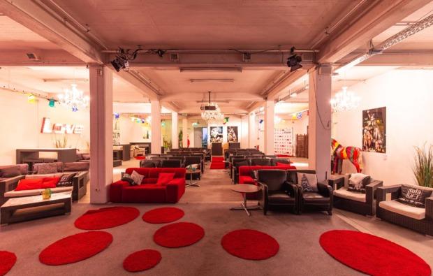 cube-uebernachtung-sofa-loft-hannover-kinosaal