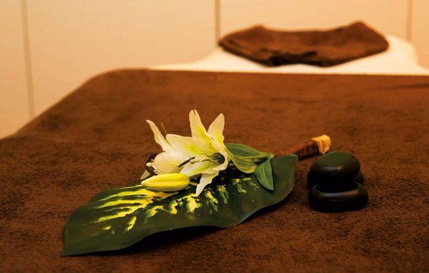 wellnesstag-fuer-zwei-laatzen-massageliege