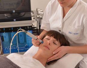 Sie beendet die Gesichtsbehandlung